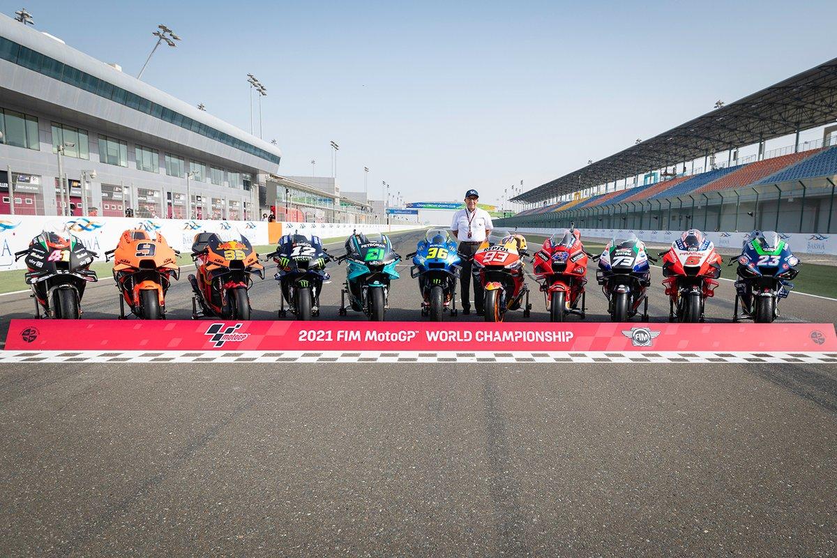 Carmelo Ezpeleta, CEO de Dorna, con las motos de MotoGP 2021