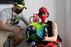 Francesco Bagnaia, del equipo Ducati, mirando el casco de Valentino Rossi, del Petronas Yamaha SRT