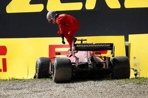 Шарль Леклер, Ferrari SF21, вылезает из машины после аварии