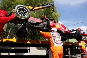 El monoplaza dañado de Charles Leclerc, Ferrari SF21 montado en una grúa