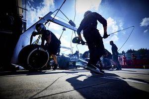 Valtteri Bottas, Mercedes W12, pit stop