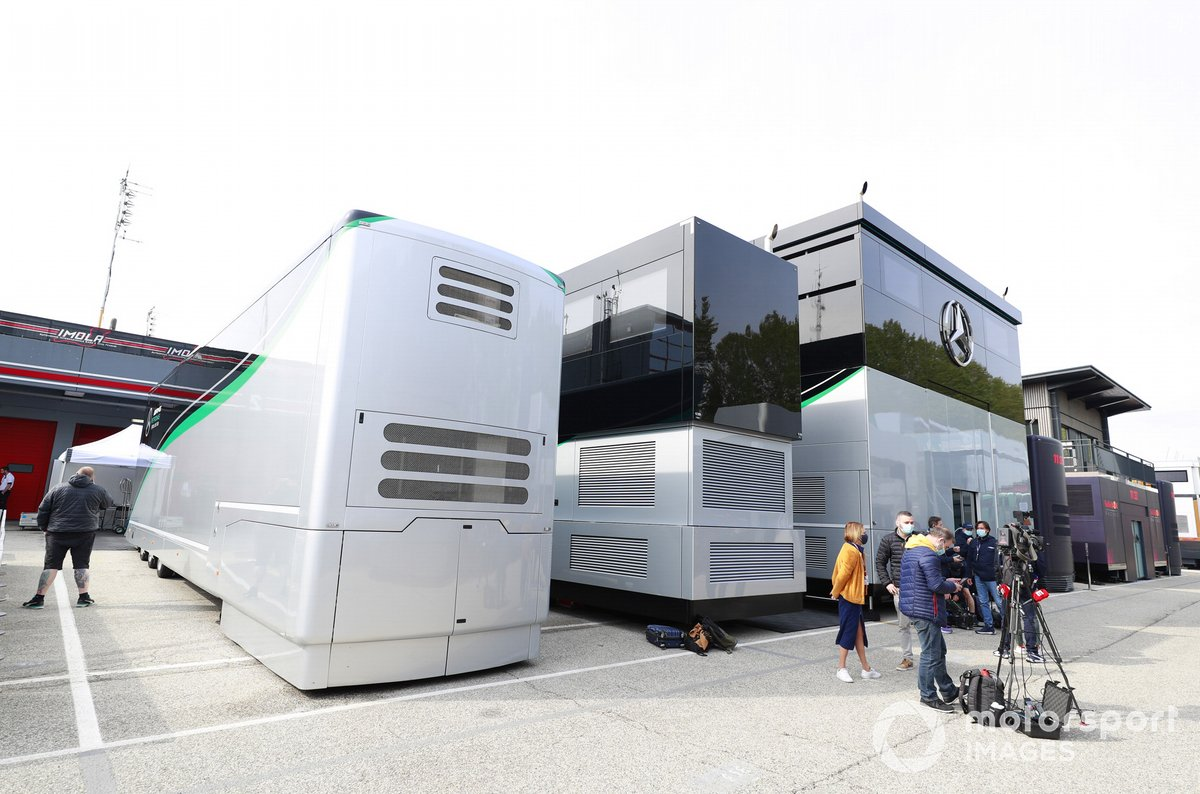 El motorhome de Mercedes en el paddock
