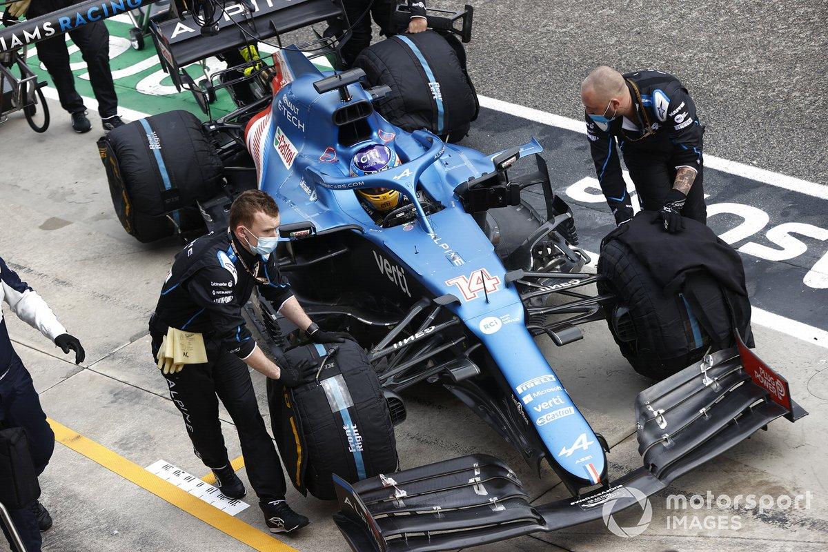 Mecánicos con Fernando Alonso, Alpine A521,