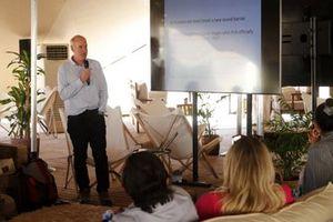 Richard Washington, catedrático de Ciencias del Clima del Keble College de Oxford, da una charla en el Salón del Explorador