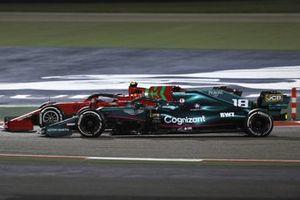Carlos Sainz Jr., Ferrari SF21, en lutte avec Lance Stroll, Aston Martin AMR21