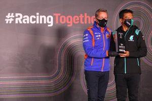 Razlan Razali, Petronas Yamaha SRT-teambaas ontvangt de trofee voor het beste onafhankelijke team met Herve Poncharal