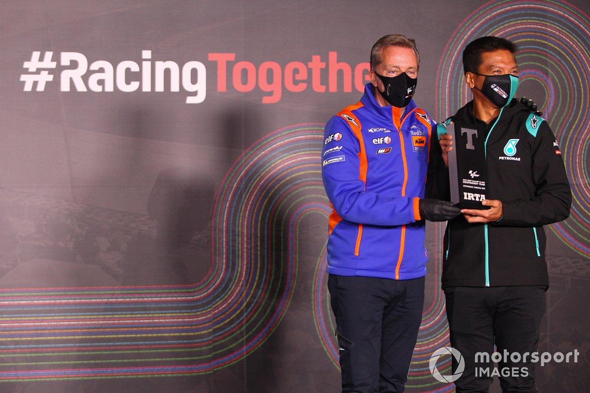 Razlan Razali, Petronas Yamaha SRT, recibe el premio al mejor equipo satélite con Herve Poncharal