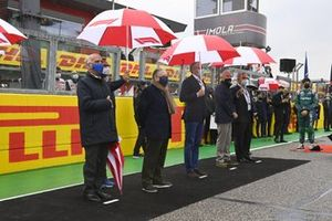 Jean Todt, President, FIA, Stefano Domenicali, CEO, Formula 1, and other dignitaries and organisers stand on the grid prior to the start