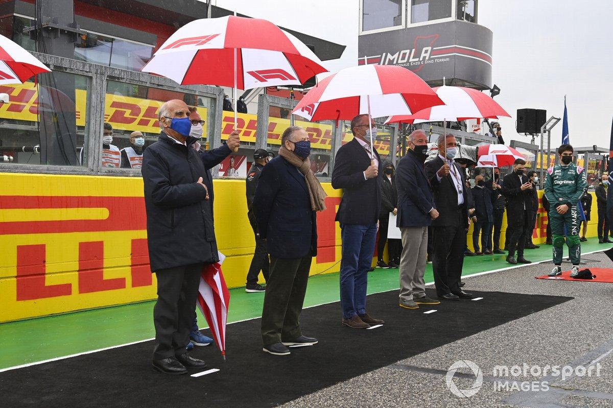Jean Todt, presidente de la FIA, Stefano Domenicali, director general de la Fórmula 1, y otros dignatarios y organizadores en la parrilla de salida