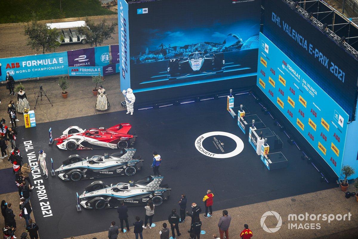 En el podio los coches de el ganador Nyck de Vries, Mercedes-Benz EQ, EQ Silver Arrow 02, segundo lugar Nico Muller, Dragon Penske Autosport, Penske EV-5, y tercer lugar Stoffel Vandoorne, Mercedes-Benz EQ, EQ Silver Arrow 02, en Parc Ferme