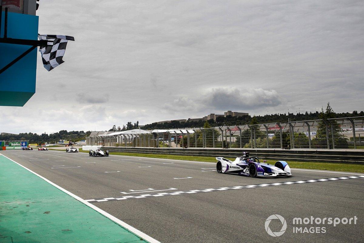 El ganador de la carrera Jake Dennis, BMW i Andretti Motorsport, BMW iFE.21 cruza la línea de meta
