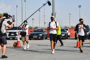 George Russell, Mercedes-AMG F1, arriveert op het circuit