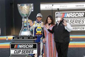 NASCAR Cup-Champion 2020: Chase Elliott, Hendrick Motorsports, mit Linda Hendrick und Rick Hendrick
