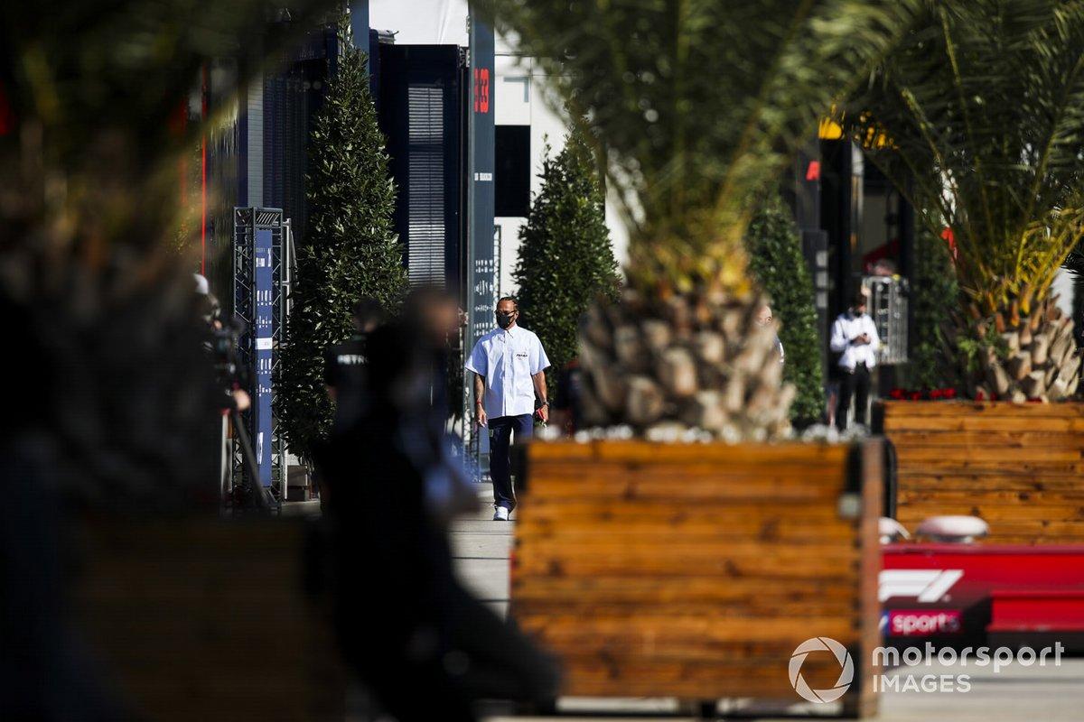 Lewis Hamilton, Mercedes-AMG F1 arriva nel paddock