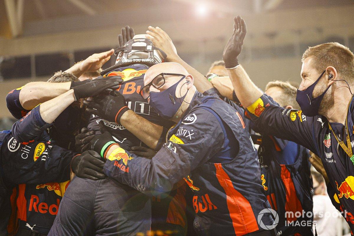 Ganador Max Verstappen, Red Bull Racing, celebra en Parc Ferme con el equipo