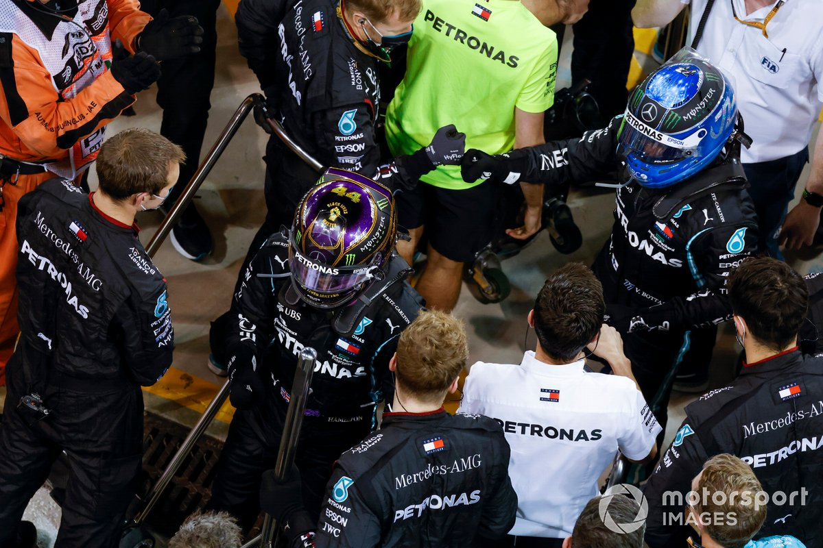 Lewis Hamilton, Mercedes-AMG F1, 3ª posición, y Valtteri Bottas, Mercedes-AMG F1, 2ª posición, en Parc Ferme