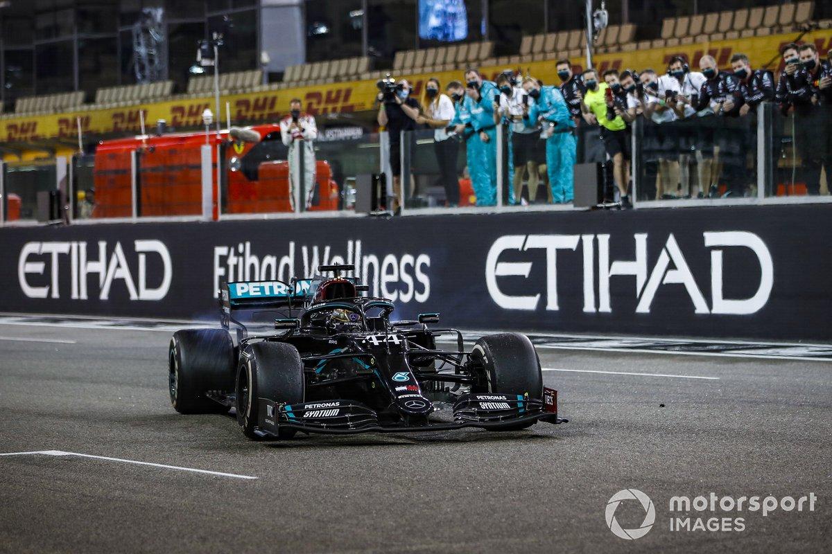 Lewis Hamilton, Mercedes F1 W11, terzo classificato, si esibisce in alcuni testacoda sulla griglia di partenza al termine della gara per festeggiare la conferma del suo 7° titolo mondiale piloti