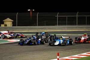 Guanyu Zhou, Uni-Virtuosi Racing, leads Lirim Zendeli, MP Motorsport, Oscar Piastri, Prema Racing, Christian Lundgaard, ART Grand Prix, and the remainder of the field