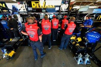 Erik Jones, Joe Gibbs Racing, Toyota Camry Craftsman / Sport Clips crew