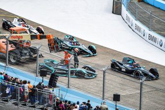 Alex Lynn, Panasonic Jaguar Racing, walks away from his Jaguar I-Type 3 as it is recovered by marshals while Gary Paffett, HWA Racelab, VFE-05, Mitch Evans, Panasonic Jaguar Racing, Jaguar I-Type 3, Maximillian Gunther, GEOX Dragon Racing, Penske EV-3
