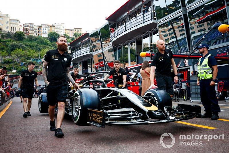 La voiture de Romain Grosjean, Haas F1 Team VF-19 est poussée dans la voie des stands par des mécaniciens Haas F1