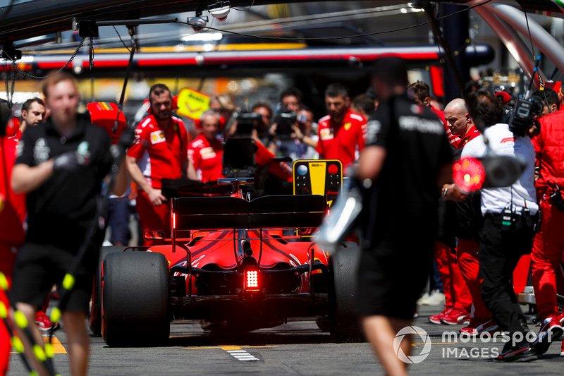 Sebastian Vettel, Ferrari SF90, nella pit lane