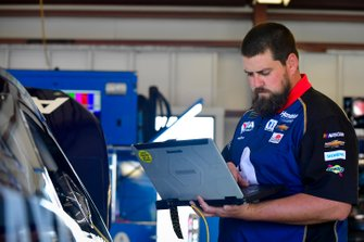 Alex Bowman, Hendrick Motorsports, Chevrolet Camaro Axalta, crew