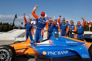 Scott Dixon, Chip Ganassi Racing Honda celebrates the win in victory lane with team