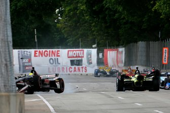 Sebastien Bourdais, Dale Coyne Racing with Vasser-Sullivan Honda, Spencer Pigot, Ed Carpenter Racing Chevrolet crash