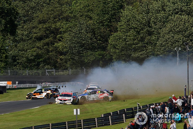 Matt Neal, Halfords Yuasa Team Dynamics Honda Civic , Jason Plato, Power Maxed Racing Vauxhall, Tom Ingram, Speedworks Motorsport Toyota Corolla crash exiting Old Hall