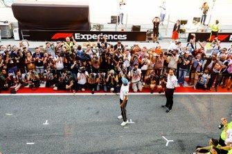 Команда Mercedes AMG F1 и гонщик Льюис Хэмилтон празднуют победу в Гран При Испании
