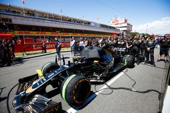 El coche de Romain Grosjean, Haas F1 Team VF-19, en la parrilla de salida