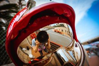 Отражение фотографа в забрале каски пожарного