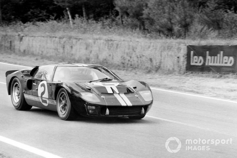Bruce McLaren, Chris Amon in de #2 Ford GT40