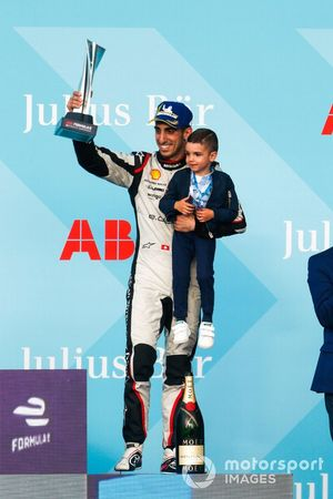 Sébastien Buemi, Nissan e.Dams, 3rd position, lifts his trophy, his son on the podium