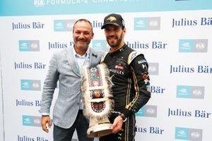 Jean-Eric Vergne, DS TECHEETAH recibe el trofeo de la pole