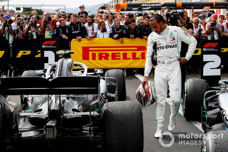 Lewis Hamilton, Mercedes AMG F1, revisa su coche en Parc Ferme