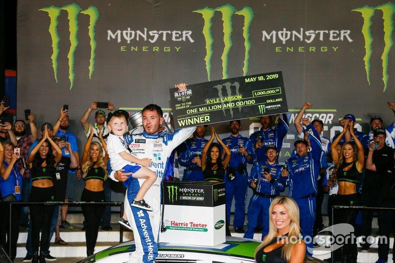 1. Kyle Larson, Chip Ganassi Racing, Chevrolet Camaro, mit Sohn Owen