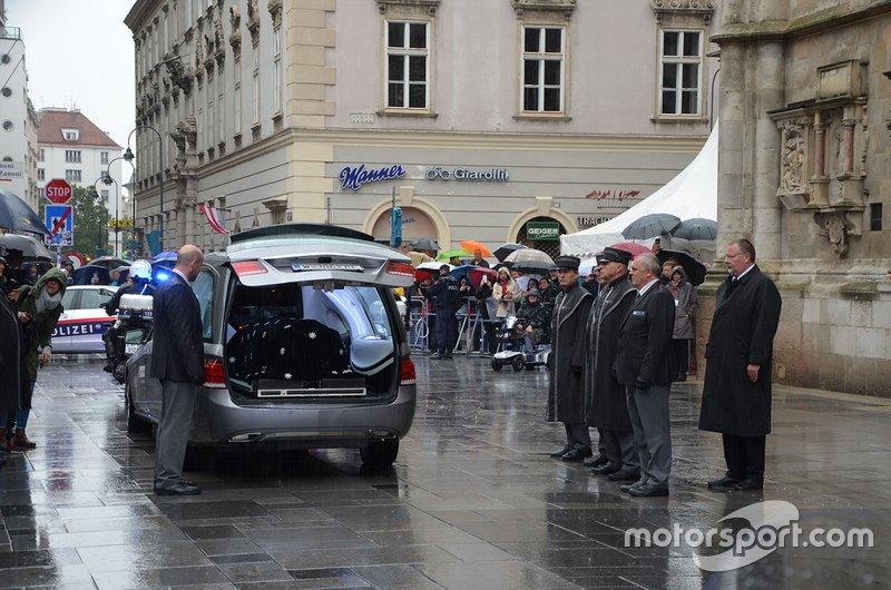 ... und wird von Mitarbeitern der Wiener Bestattung ...