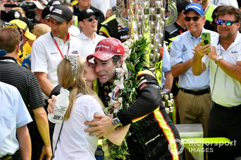 Simon Pagenaud, Team Penske Chevrolet celebrates the win with a kiss from the festival queen in Victory Lane