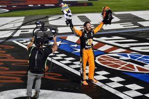 Yarış galibi Martin Truex Jr., Joe Gibbs Racing, Toyota Camry Bass Pro Shops / TRACKER ATVs & Boats / USO