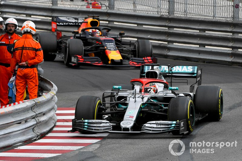 Lewis Hamilton, Mercedes AMG F1 W10 precede Max Verstappen, Red Bull Racing RB15