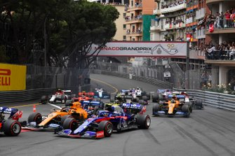 Daniil Kvyat, Toro Rosso STR14, leads Carlos Sainz Jr., McLaren MCL34, Alexander Albon, Toro Rosso STR14, and the remainder of the field at the start