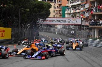 Daniil Kvyat, Toro Rosso STR14, devant Carlos Sainz Jr., McLaren MCL34, Alexander Albon, Toro Rosso STR14, et le reste du peloton au départ