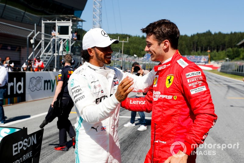 Lewis Hamilton, Mercedes AMG F1, et le poleman Charles Leclerc, Ferrari, au Parc Fermé