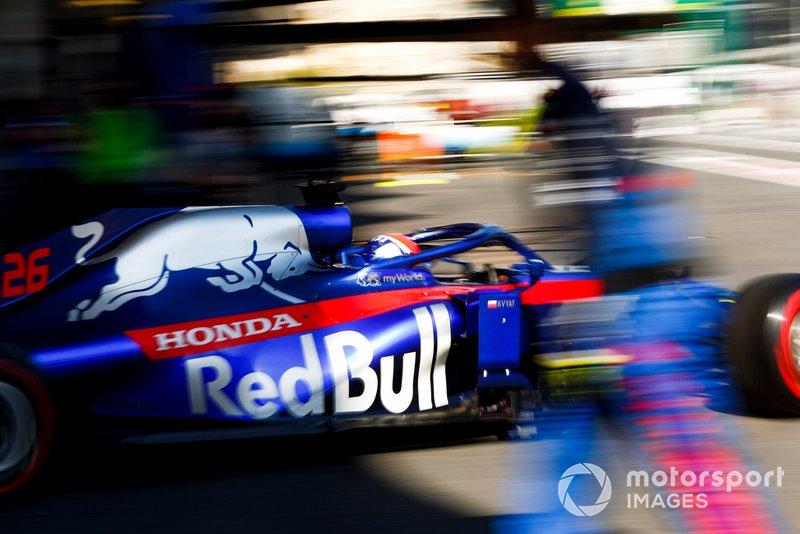 Daniil Kvyat, Toro Rosso STR14, leaves the garage