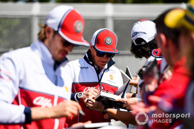 Kimi Raikkonen, Alfa Romeo Racing et Antonio Giovinazzi, Alfa Romeo Racing signent des autographes pour les fans