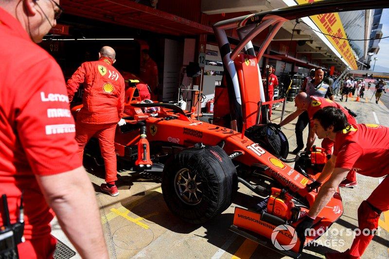 Charles Leclerc, Ferrari SF90, viene riportato nel garage