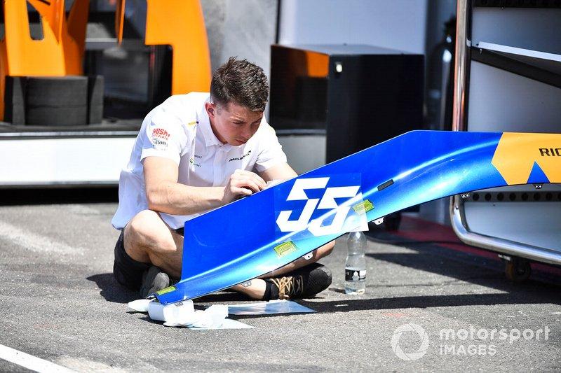Un mecánico de McLaren añadiendo los dorsales