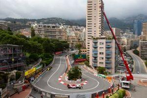 Kimi Raikkonen, Alfa Romeo Racing C38, leads Daniel Ricciardo, Renault R.S.19